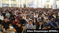 Әзірет Сұлтан мешітінде уағыз тыңдап отырған мұсылмандар. Нұр-Сұлтан, 11 тамыз 2019 жыл.