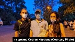 Активист Сергей Наумов и пострадавшие при задержании полицейскими Светлана и Евгений Дильманы