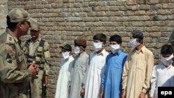 Пакистанда жанкечти деп шектелген кишилер тобу кармалды. Сват өрөөнү, сентябрь, 2009-ж.