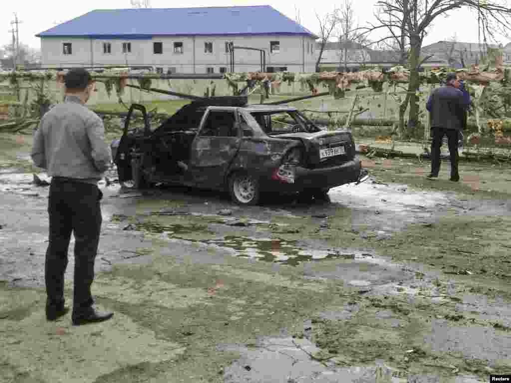 На месте теракта в Кизляре, 31 марта 2010 - 12 человек погибли при двух взрывах в дагестанском городе Кизляре. Около 20 человек были ранены. Согласно информации республиканского МВД, большинство жертв - милиционеры, среди них начальник кизлярского ОВД и следователь СКП