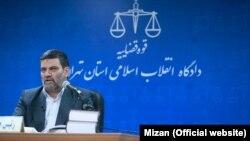 قاضی صلواتی (سمت راست) و بابک زنجانی (پشت به تصویر) در جلسه دادگاه.