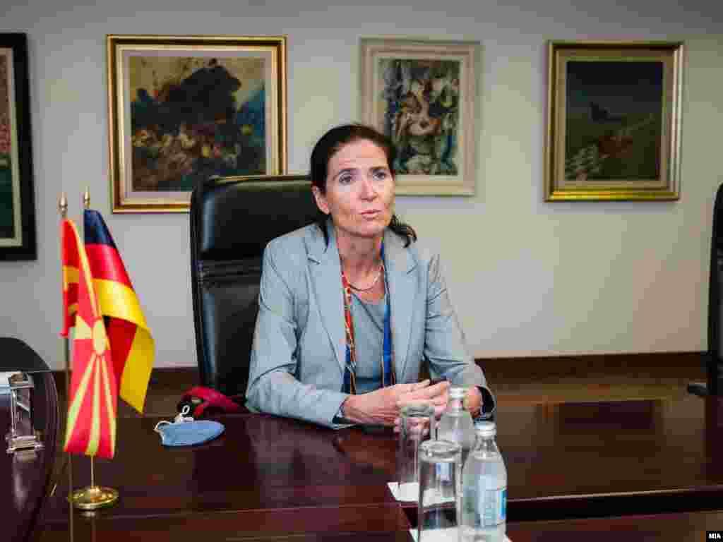 МАКЕДОНИЈА - Ги охрабруваме Северна Македонија и Бугарија во иднина заеднички да работат на широко позитивно поставување на агенда, која ќе покаже дека соработуваат, а тоа ќе биде најдобриот начин да се направи чекор напред кон одржување на првата конференција за пристапување кон Европската унија (ЕУ), изјави денеска германската амбасадорка во земјава Анке Холштајн, на прес-конференција со премиерот Зоран Заев. Заев најави дека следната недела ќе се има средба на министрите Бујар Османи и Екатерина Захариева, на која треба да се договори одржувањето на Втората меѓувладина конференција, која уште лани требаше да ја организира Македониј и дека на конференцијата е предвидено да се усвои заедничкиот Акцискиот план.