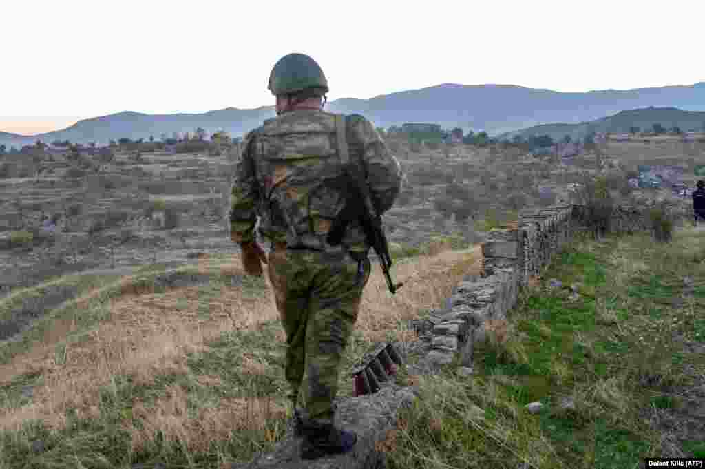 Азербайджанский военнослужащий в Джабраиле после захвата города, который до этого контролировали армяне. 16 октября 2020 года.