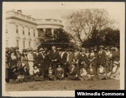 Президент Гардинг на лужайке Белого дома в окружении суфражисток, добивающихся от него поддержки билля о равных правах женщин. Апрель 1921 года