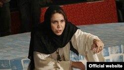 فاطمه حبیبیزاد؛ گردآفرید/ در حال اجرای نقالی در تهران سال ۸۶ (عکس از وبسایت رسمی گردآفرید)