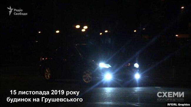 О 2:09 закриту територію будинку залишило авто, яким користується помічник президента Зеленського Андрій Єрмак