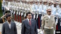Архивска фотографија: Претседателот на Туркменистан Гурбангули Бердимухамедов со неговиот ирански колега Махмуд Ахмадинеџад во Техеран.
