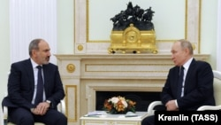 Премьер-министр Армении Никол Пашинян (слева) и президент России Владимир Путин. Москва, 7 апреля 2021 года.