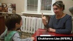 Виктория занимается с ребенком