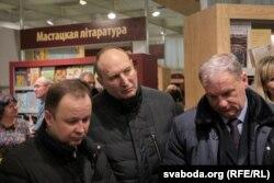 Начальнік менскага АМАПу Дзьмітры Балаба (у цэнтры) таксама прыйшоў на выставу разам з Шуневічам