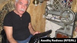 Архивное фото: обувной мастер Ариф Абуталыбов. Баку 18 июля 2011 год