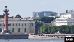 Официальных лозунгов у марша за сохранение Петербурга четыре: «Это наш город», «Сохраним живое сердце Петербурга», «Отстояли Ленинград — защитим Петербург» и «Они нас не слышат — пускай нас увидят»