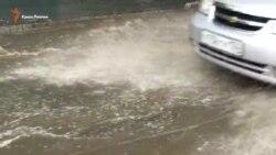 Сильный ливень затопил центральные улицы Симферополя (видео)