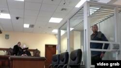 Акбарали Абдуллаев (справа) в киевском суде. 11 мая 2017 года.