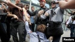 Люди нападают на гей-активиста во время акции протеста ЛБГТ-сообщества против закона о запрете пропаганды гомосексуализма. Москва, 11 июня 2013 года.