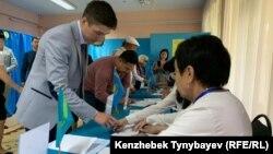 На избирательном участке № 350 в Алматы в день президентских выборов. 9 июня 2019 года.