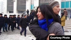 Молодой человек успокаивает плачущую девушку во время разгона полицией митинга против девальвации тенге. Фото Азиза Амирова. Алматы, 15 февраля 2014 года.