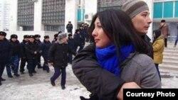 Теңге девальвациясы мен қымбатшылыққа наразылық шеруін полиция қуып таратқанда жылап тұрған бойжеткен. Алматы, 15 ақпан 2014 жыл. (Фото авторы - Азиз Мамиров).