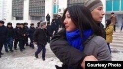 Теңге девальвациясына наразылық білдірген жастар полиция қоршауында тұр. Алматы, 15 ақпан 2014 жыл. Әзіз Мамыров түсірген фотография. (Көрнекі сурет)