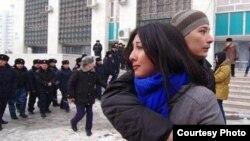 Полицейские окружают вышедших на протест против одномоментной девальвации тенге молодых людей. Алматы, 15 февраля 2014 года. Фото Азиза Мамирова.