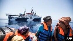 Мигранттарды куткаруу операциясы учурунда аялдар кайыкта отурушат. Жер ортолук деңизиндеги Сицилиянын жээги. 3-май, 2015-жыл