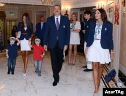 Arxiv fotosu: Prezident İlham Əliyev ailəsi ilə