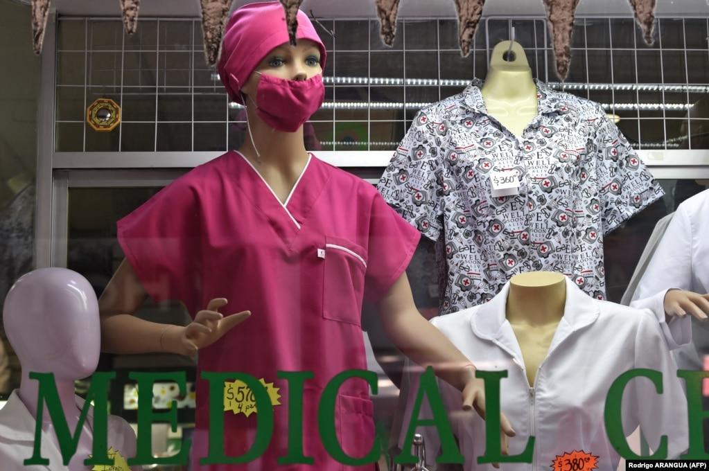 Маску для лица в магазине медицинских товаров в Мехико, 28 февраля.