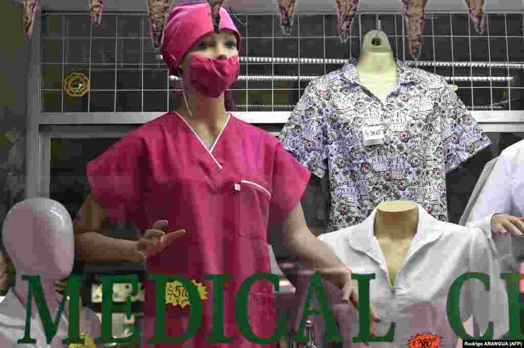 Манекен с работно облекло за медици в специализиран магазин в Мексико Сити, 28 февруари.