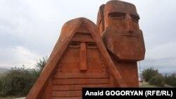 Монумент «Мы - наши горы», также известный в народе как «Дед и баба», на вершине холма при въезде в город Степанакерт, Нагорный Карабах.