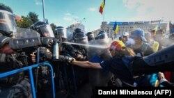 Румыния полициясы наразылық танытушыларға көзден жас ағызатын газ шашып тұр. Бухарест, 10 тамыз 2018 жыл.