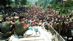 Холандски мировници на 13 јули, 1995 година во селото Поточари во близина на Сребреница
