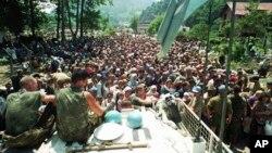 Нидерландские солдаты наблюдают за мусульманскими беженцами в Сребренице, 13 июля 1995 года