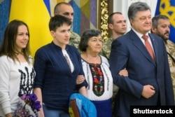 Надія Савченко після звільнення з російської в'язниці під час зустрічі з президентом України Петром Порошенком. Київ, 25 травня 2016 року