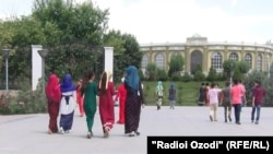 Тәжікстан астанасы Душанбе көшесіндегі жастар. (Көрнекі сурет)