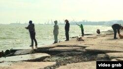 Жители Мариуполя рыбачат на побережье Азовского моря, 20 апреля 2021 года
