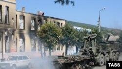 Уборка останков военной техники в Цхинвали