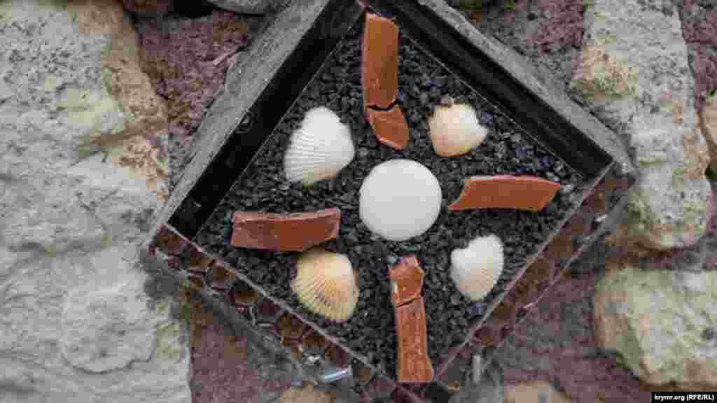 Элементы черепичного декора встречаются на территории скита буквально на каждом шагу