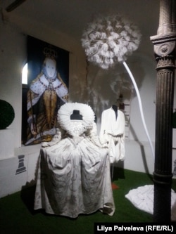 """""""Платье Елизаветы"""" под гигантским одуванчиком."""