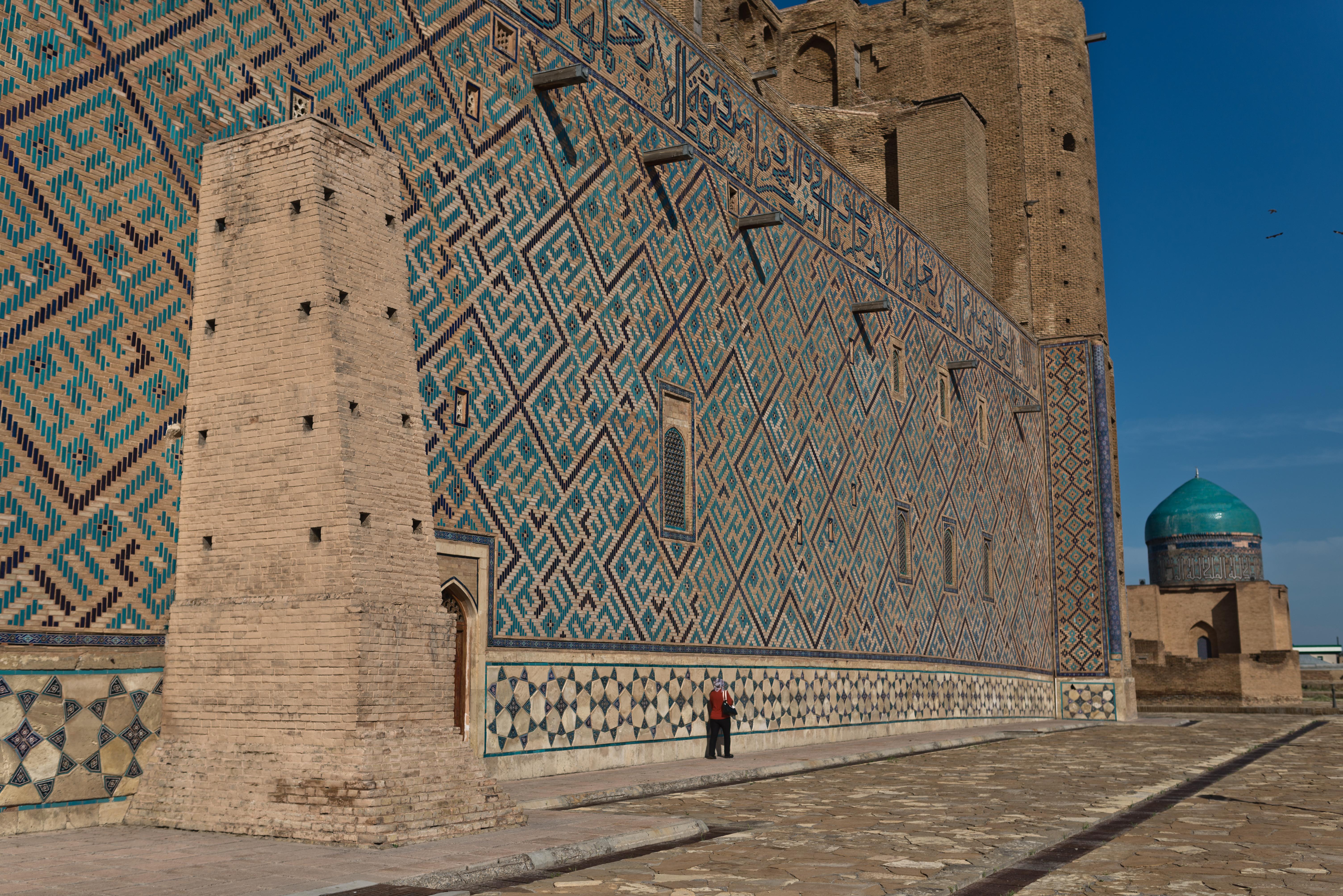 Это образец средневековой архитектуры, который сохранился в казахстанском городе. Верно?