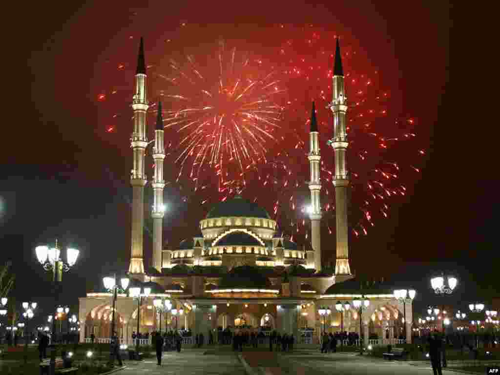 Салют над мечетью имени Ахмада Кадырова в Грозном в ознаменование дня рождения пророка Магомета
