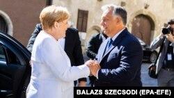 Канцлер Німеччини Анґела Меркель (л) та прем'єр Угорщини Віктор Орбан (п) у місті Сопрос, Угорщина, 19 серпня