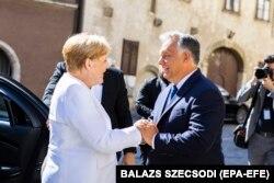 Ungaria - premierul maghiar Viktor Orban întâmpinându-l pe cancelarul german Angela Merkel la Sporon, Ungaria - 19 august 2019.