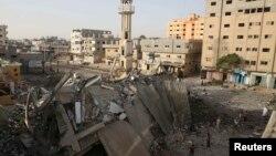 Палестинці обстежують руїни мечеті у центральній частині Смуги Гази, що за даними поліції, була знищена в результаті авіаудару ізраїльтян, 12 липня 2014 року