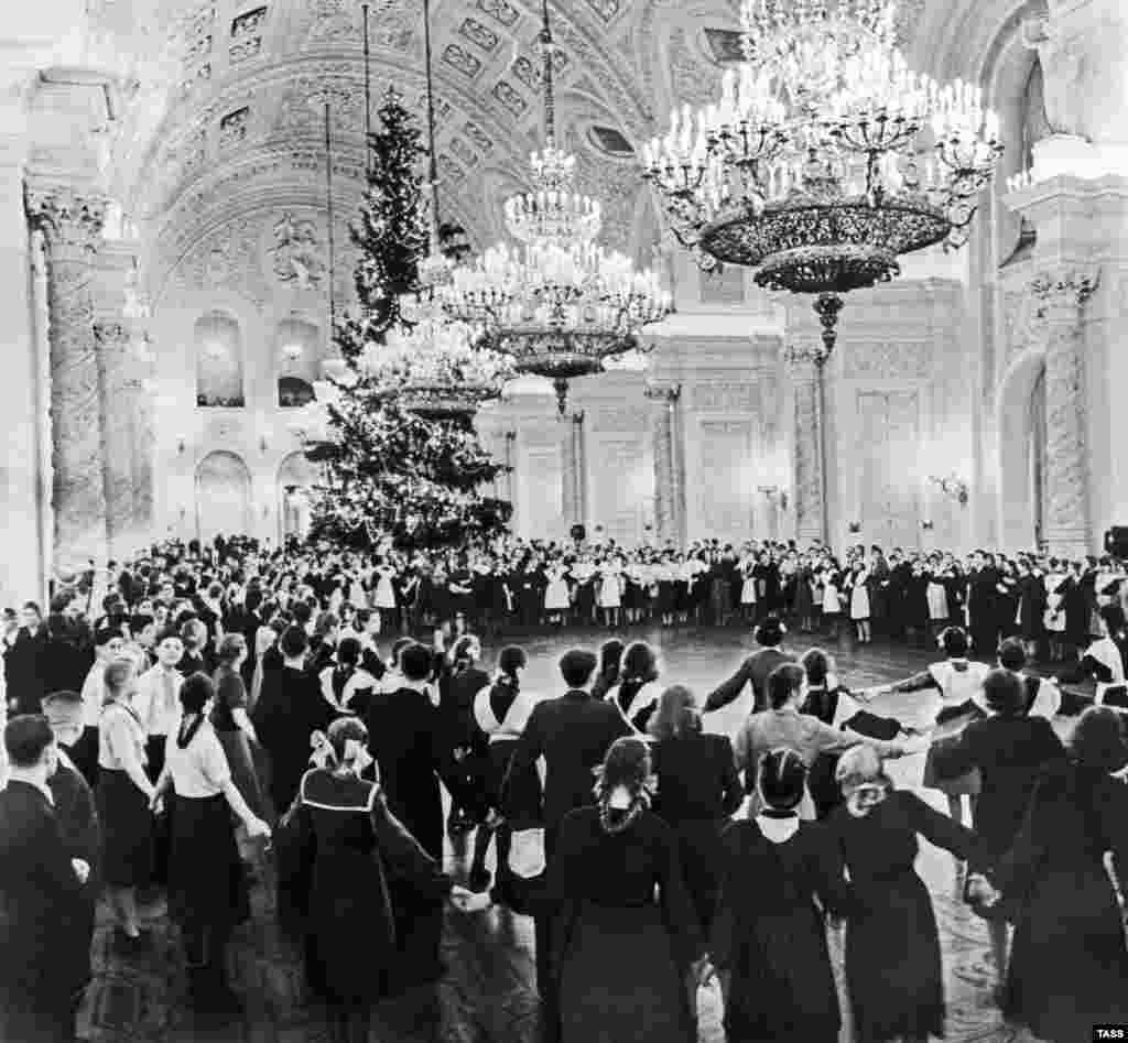 Традиционная новогодняя елка в Георгиевском зале Кремля в далеком 1953