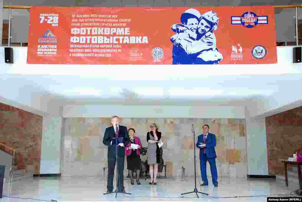 Посол США в Казахстане Джордж А. Крол, открывая фотовыставку «Одна победа», заявил, что «ни одна из стран не понесла таких потерь, как Советский Союз, и вклад Казахстана был поистине огромен».