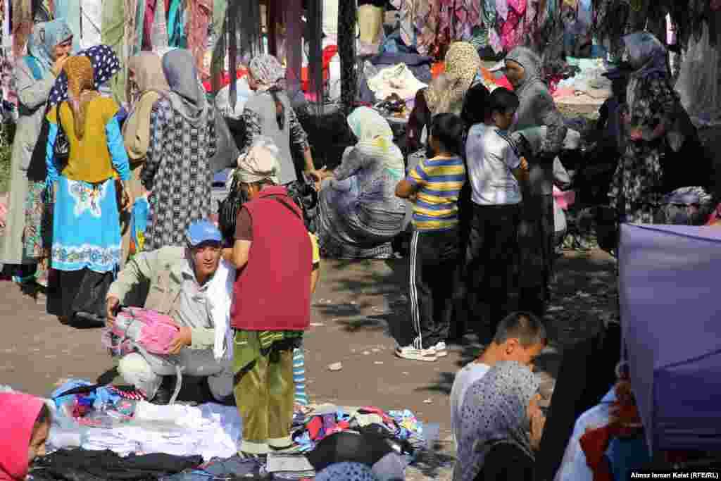 Гудит местный базар, который в основном работает с пятницы по воскресенье