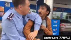 Сотрудник полиции задерживает активиста Болатбека Блялова. Астана, 16 июня 2015 года.