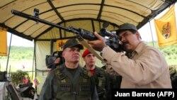 Мадуро с российской снайперской винтовкой во время военных учений на территории Венесуэлы 14 января 2017 года.