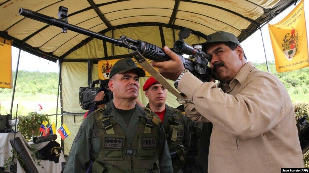 Николас Мадуро на военных учениях с российской снайперской винтовкой СВД. Январь 2019 года