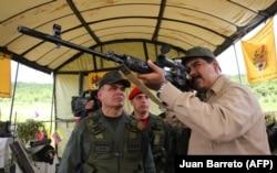 Президент Венесуэлы Николас Мадуро на военных учениях с российской снайперской винтовкой СВДС